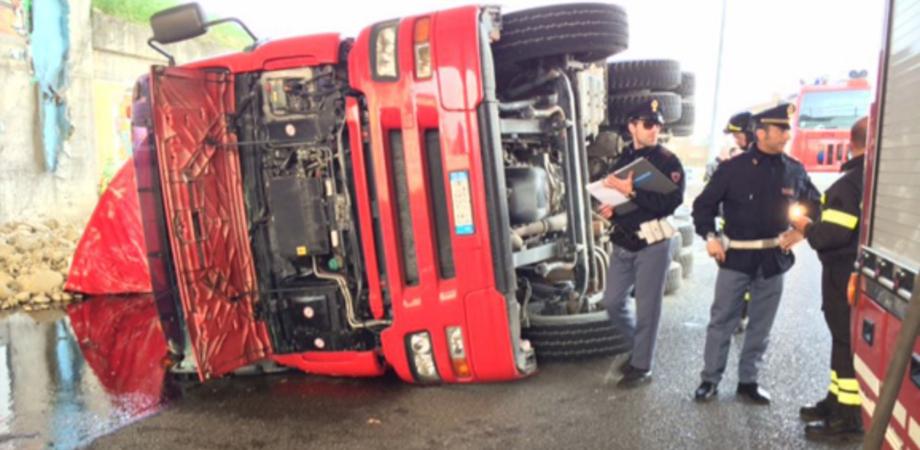 Caltanissetta. Incidente sulla Ss 640, camion si ribalta: salvo l'autotrasportatore