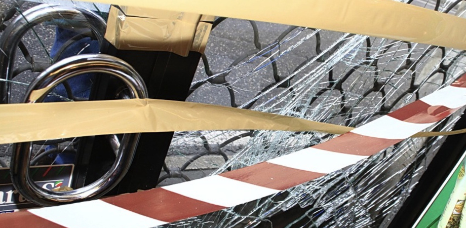 Carambola notturna a Caltanissetta: auto sfonda vetrina di un negozio e scappa
