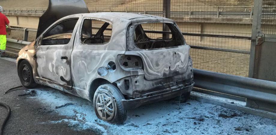 Caltanissetta. Dramma sulla A19, auto prende fuoco: guidatore muore carbonizzato