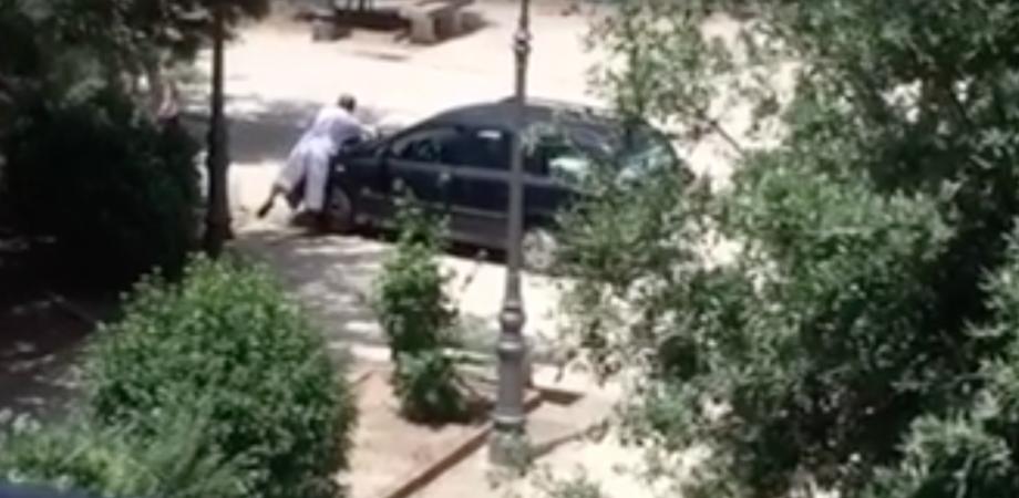 """C'è chi lava l'auto a Villa Amedeo. Il video impazza sui social, Aiello: """"Città fuori controllo"""""""