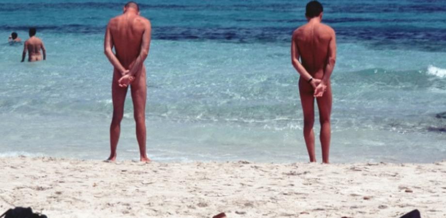 Prendeva il sole nudo in spiaggia del Nisseno. Polacco denunciato per atti osceni dai carabinieri