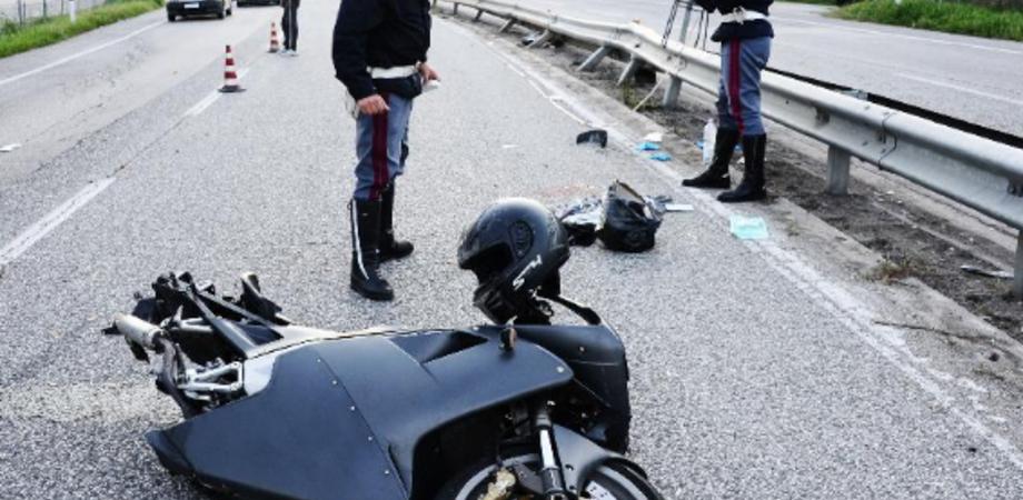 Fanghiglia sulla statale 640, centauro nisseno scivola: illeso. Strada a rischio per il viavai di mezzi dal cantiere
