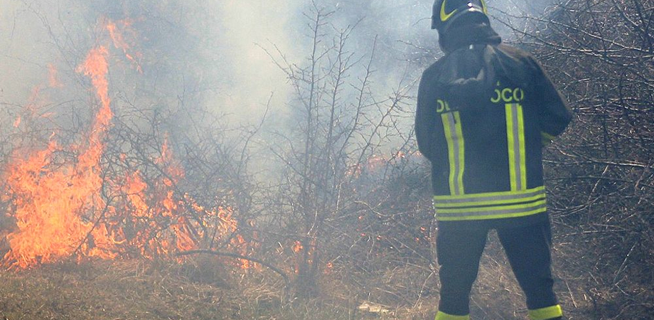Caltanissetta, vasto incendio tra via Fasci Siciliani e via Borremans. Fiamme lambiscono case e automobili