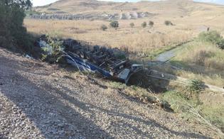 http://www.seguonews.it/autoarticolato-si-ribalta-sulla-a19-feriti-il-conducente-e-il-figlio-di-7-anni-traffico-a-rilento-sulla-palermo-catania