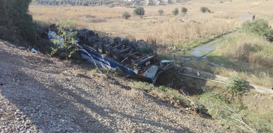 Autoarticolato si ribalta sulla A19, feriti il conducente e il figlio di 12 anni. Traffico a rilento sulla Palermo-Catania