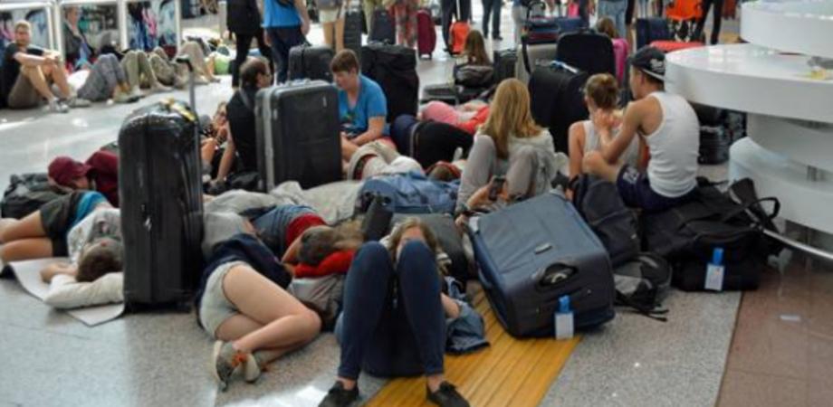 """Ritardo aereo di 10 ore, vacanzieri siciliani bloccati a Santorini. Associazione Codici: """"Ora i risarcimenti"""""""