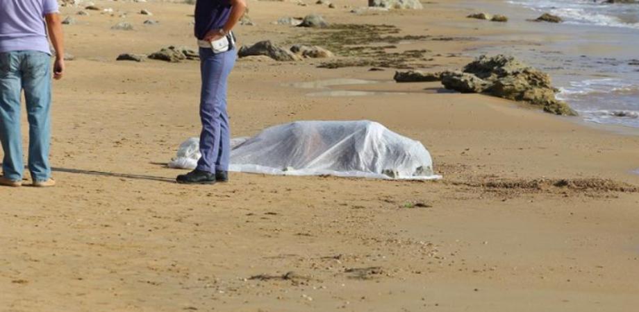 Tragedia a Ferragosto. Annega per salvare il figlio, poliziotta trascina a riva il ragazzino