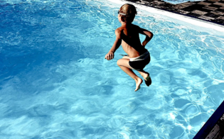 http://www.seguonews.it/bambino-rischia-di-annegare-in-piscina-nel-nisseno-poliziotto-si-tuffa-e-lo-trae-in-salvo