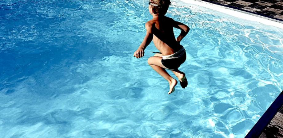 Bambino rischia di annegare in piscina nel Nisseno. Poliziotto si tuffa e lo trae in salvo