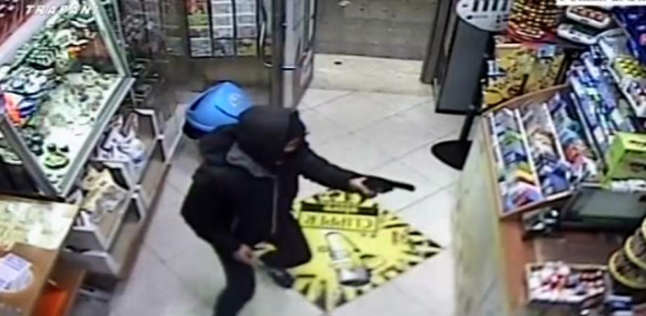 Assalto a tabaccheria di Sommatino: rapinatori strappano collana a titolare e fuggono
