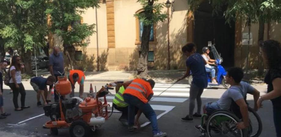 Strisce pedonali da rifare a Caltanissetta, giovani disabili al lavoro con gli operai