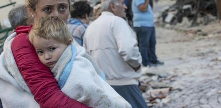 Sisma e altri traumi, 10 consigli per proteggere i bambini. Da Save the Children le regole per rassicurare e aiutare