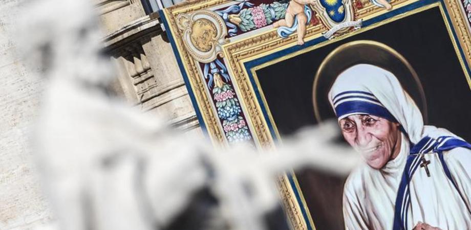 """Madre Teresa di Calcutta proclamata santa. """"China sugli ultimi, sfidò i potenti"""""""