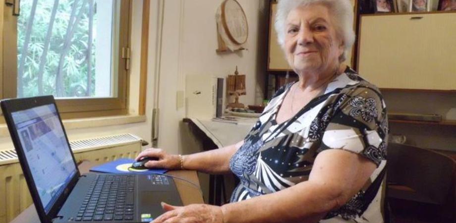 """Nonna Letizia, a 98 anni scopre Facebook. """"Un mondo meraviglioso, ho ritrovato vecchi amici"""""""