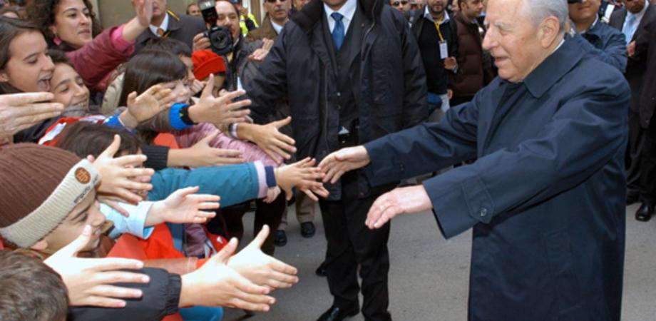 """Nel 2004 l'abbraccio dei nisseni a Carlo Azeglio Ciampi. """"I vostri giovani non devono emigrare"""" LE FOTO"""