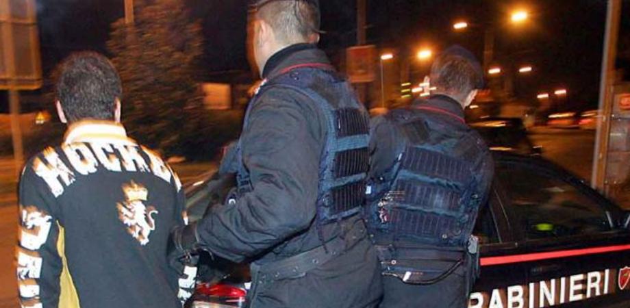 Le manette dopo la serata in pizzeria. Era ai domiciliari, carabinieri lo arrestano per evasione