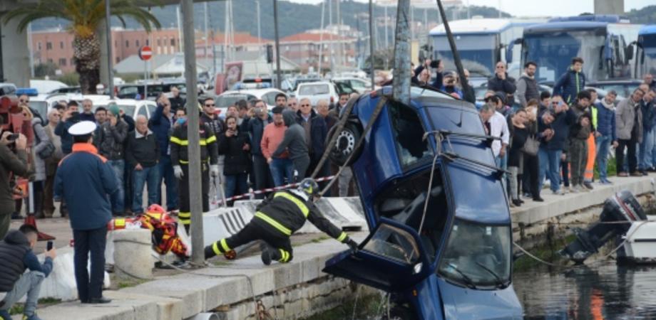 Dramma nel Nisseno: giovane madre si lancia in mare con l'auto, lascia tre figli