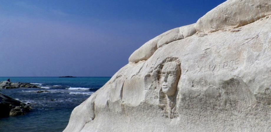 Chi ha sfregiato Punta Bianca? Una taglia sul vandalo che ha scolpito la marna