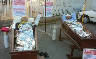 http://www.seguonews.it/no-ai-tagli-alla-sanita-nissena-due-cittadini-dentro-le-bare-per-protesta