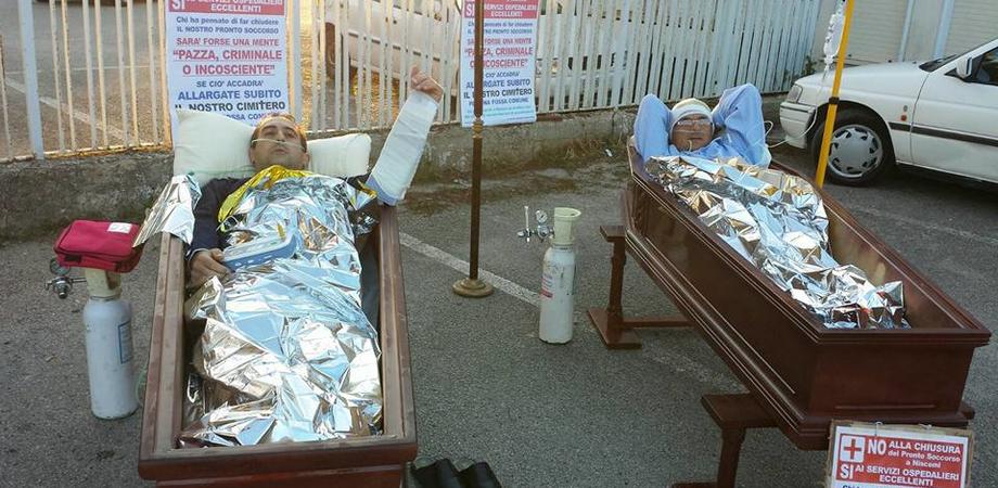"""""""No ai tagli alla Sanità nissena"""". Due cittadini dentro le bare per protesta: sit-in all'Asp"""