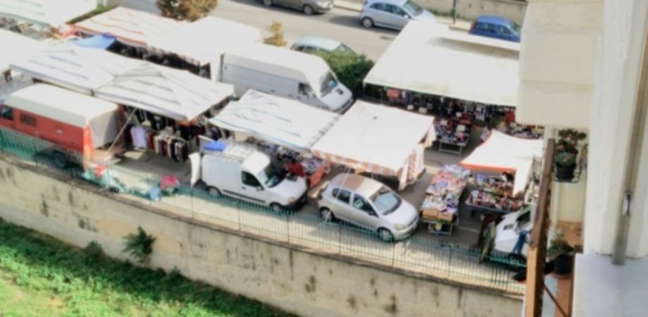 """Mercatino via Ferdinando I, piace ma ancora troppo caos. I residenti: """"Stand davanti gli accessi ai palazzi"""""""
