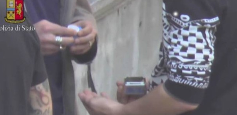 Spaccio a scuola e ai campetti: la Squadra Mobile arresta studente nisseno. Altri indagati: perquisizioni e sequestri