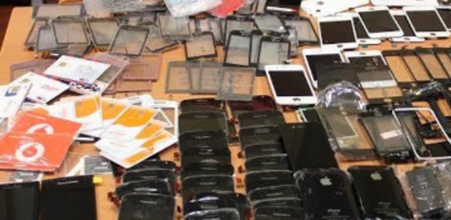 """Caltanissetta. Romeni fermati con 21 smartphone sospetti. La Mobile: """"Merce da vendere all'estero"""""""