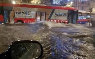 Maltempo, a Catania autobus comincia ad imbarcare acqua: autista si salva uscendo dal finestrino