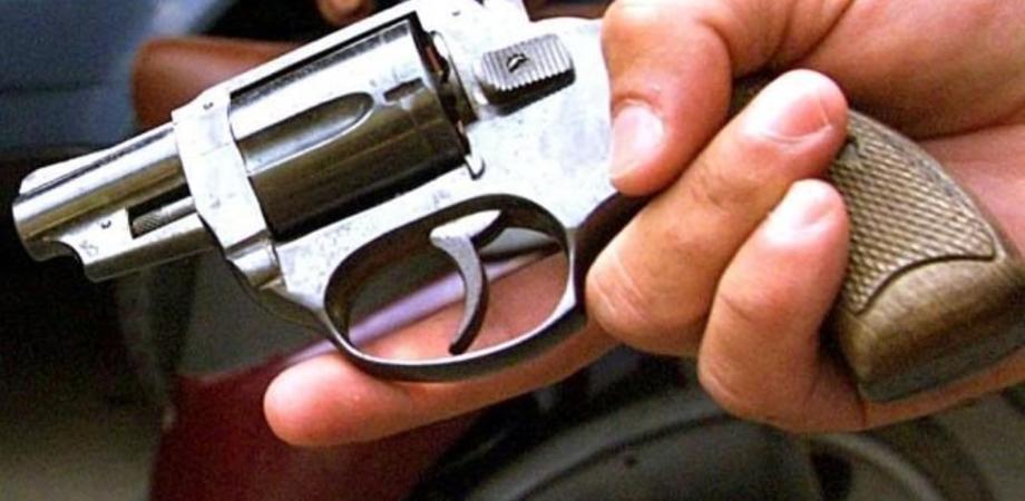 Furti di armi e munizioni: una pistola rubata a Delia e un fucile a Gela. Indagano i carabinieri