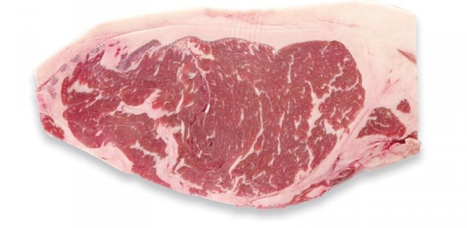 """Caltanissetta, via Fasci Siciliani: """"volano"""" bistecche surgelate e colpiscono un'auto"""