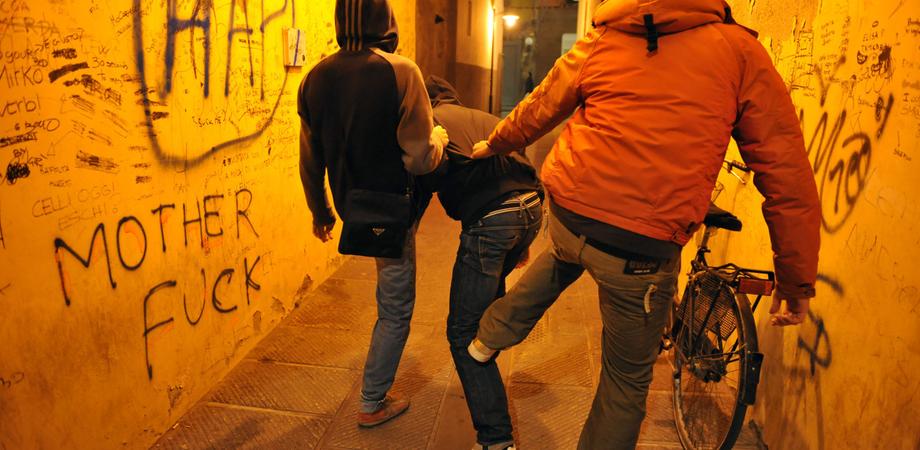 Picchiano e deridono un 14enne disabile, poi postano il video sui social: tre bulli arrestati a Cefalù