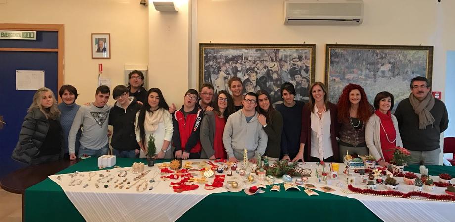 """Caltanissetta, all'istituto """"Mottura"""" creazioni natalizie in ceramica degli alunni diversamente abili"""