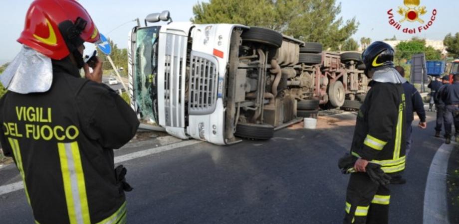 Autocarro si ribalta alle porte di Santa Caterina, miracolosamente illesi i due occupanti