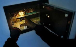 Soldi, gioielli e armi: colpo grosso dei ladri in un centro del nisseno. Indaga la polizia