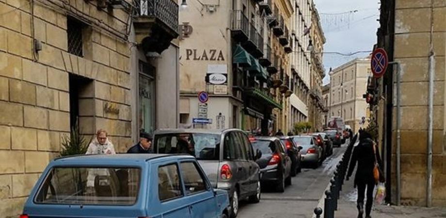 Caltanissetta, auto incolonnate in centro. Torna la polemica: aprire al traffico serve davvero?
