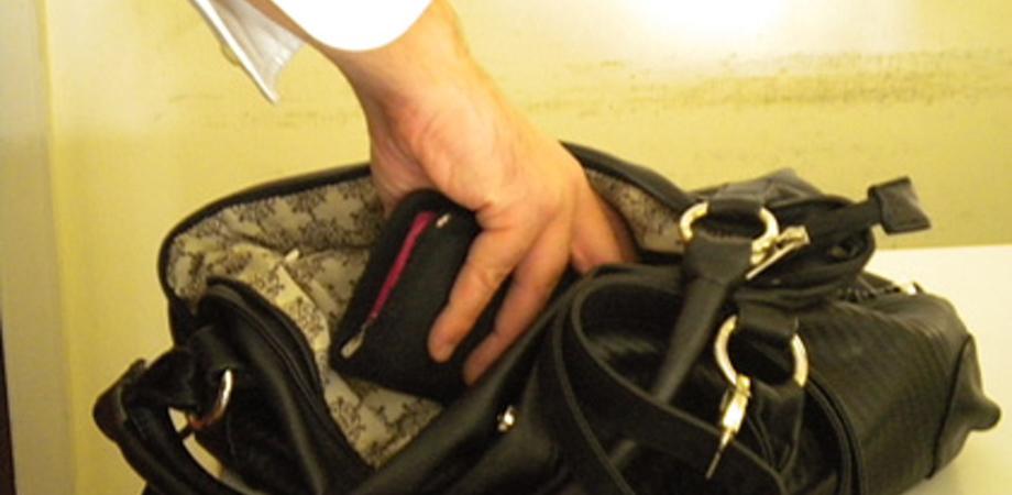 """Caltanissetta, furto al pronto soccorso: nella notte ladro """"manolesta"""" sottrae una borsa"""