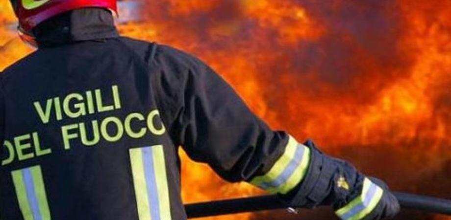 Caltanissetta, incendio in centro: anziano lascia candela accesa e la casa va a fuoco