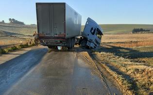 http://www.seguonews.it/caltanissetta-ghiaccio-sulle-strade-sulla-sp34-sommatino-tir-esce-strada