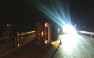 Incidente sulla A19 allo svincolo per Caltanissetta, furgone si ribalta: illeso il conducente