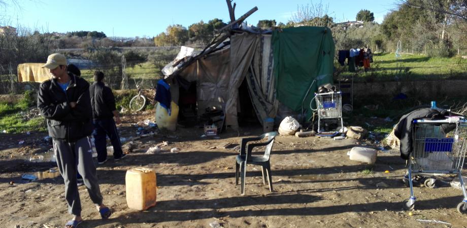 Caltanissetta, vita nella baraccopoli: tra rifiuti e degrado sperando in un futuro migliore
