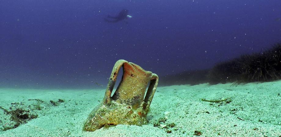 Gela: trovati nel mare beni archeologici di 2mila anni fa, tra anfore ed elmi corinzi