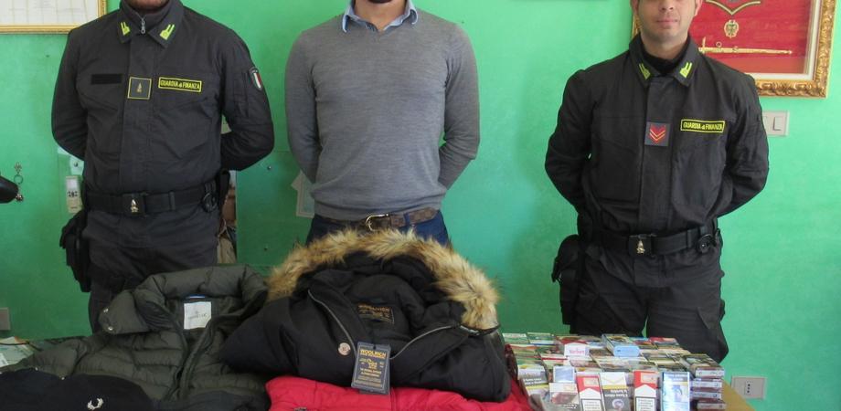 Gela, Guardia di Finanza sequestra abiti contraffatti e 1,5 kg di sigarette
