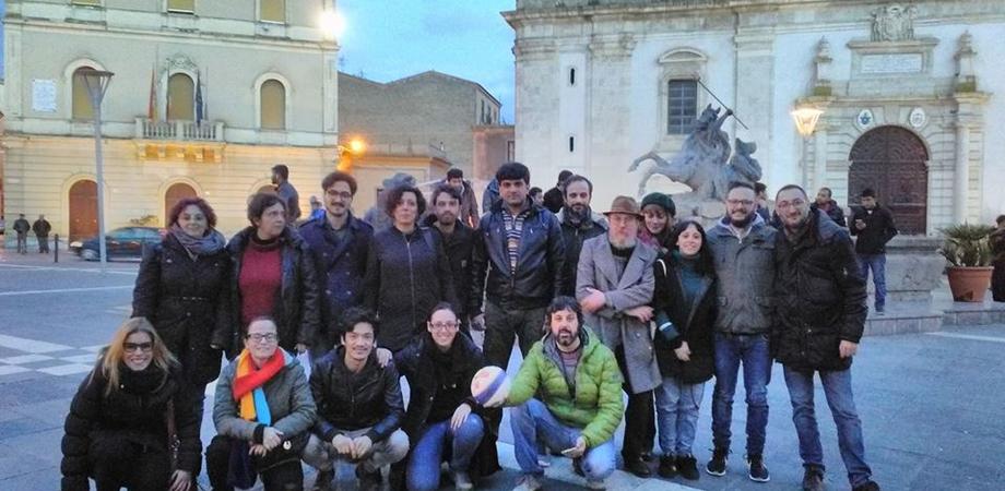 """Caltanissetta, giocano a palla in piazza: """"nessun sacrilegio, ipocrita chi caccia i rifugiati"""""""