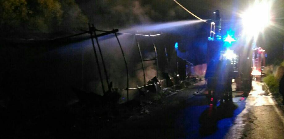 Caltanissetta, incendio in contrada Gulfi: a fuoco una vecchia baracca