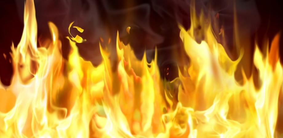 Caltanissetta, ignoti appiccano le fiamme ad una porta: all'interno un'intera famiglia