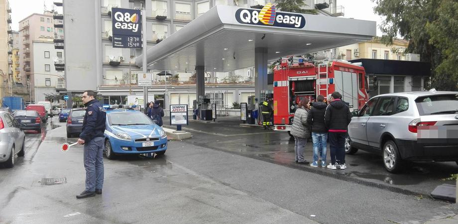 Caltanissetta, finisce con l'auto su pompa di benzina per un malore: 51enne in gravi condizioni