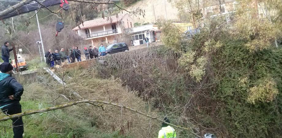 Caltanissetta, via Xiboli: auto vola in una scarpata, conducente miracolosamente illeso