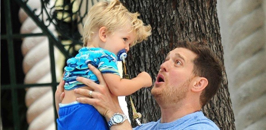 Il figlio di Michael Bublè sta meglio, la star ringrazia i fan. Il piccolo è affetto da tumore