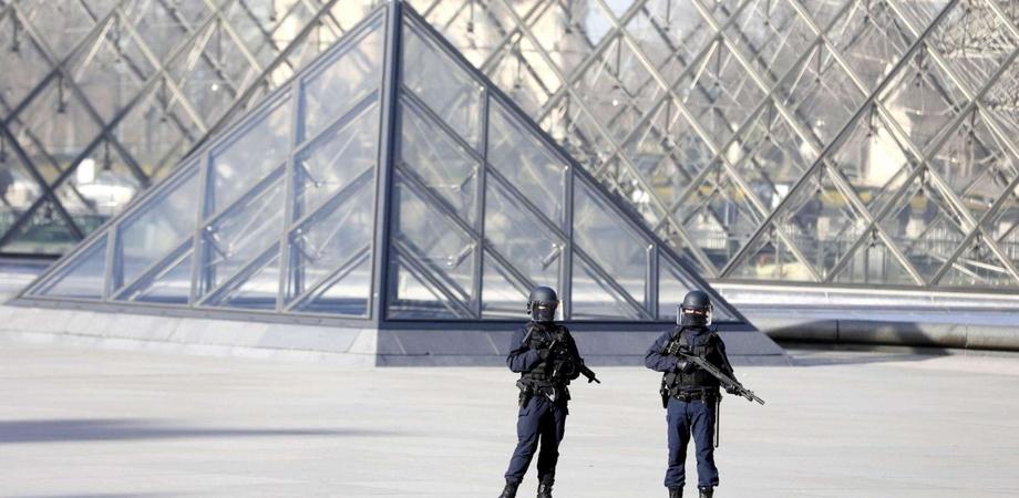 """Nuovo attacco terroristico in Francia, militari aggrediti al Louvre al grido di """"Allah Akhbar"""""""