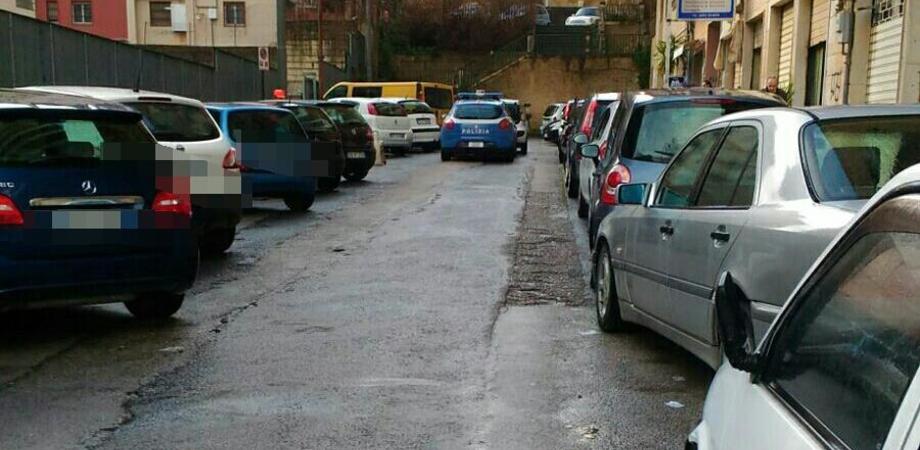 Caltanissetta, via Sardegna: danneggiati gli specchietti di 6 auto in sosta. Sul posto la polizia